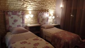 A bed or beds in a room at La Collegiale