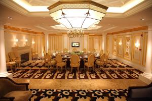 A restaurant or other place to eat at Shanghai Hongqiao Airport Hotel - Air China