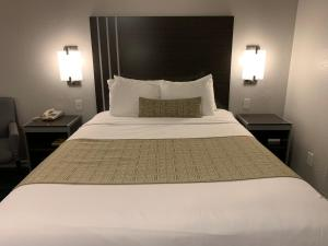 A bed or beds in a room at Sand Castle Inn