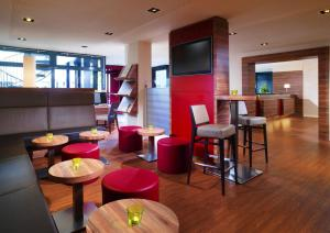 The lounge or bar area at Four Points by Sheraton München Central