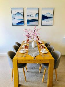 A restaurant or other place to eat at 2 Bedroom Apartment near CBD with excellent view