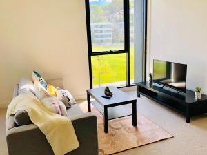 A seating area at 2 Bedroom Apartment near CBD with excellent view