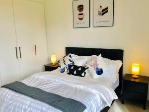 A bed or beds in a room at 2 Bedroom Apartment near CBD with excellent view