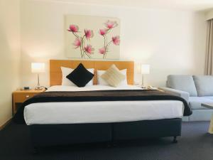A bed or beds in a room at Nagambie Motor Inn and Conference Centre