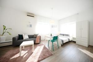 A seating area at Studio Apartment Andi