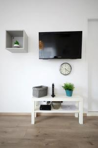 A television and/or entertainment centre at Studio Apartment Andi