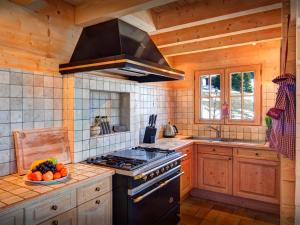 A kitchen or kitchenette at Chalet Flocon Magique - OVO Network
