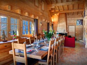 A restaurant or other place to eat at Chalet Flocon Magique - OVO Network