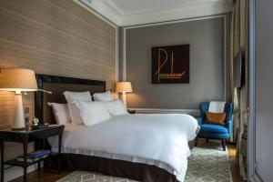 A bed or beds in a room at Hotel de Crillon