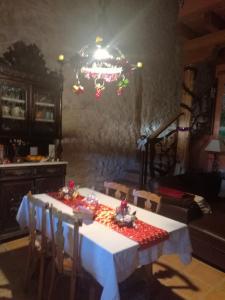 Un restaurante o sitio para comer en Casa Rural El Lagarcillo