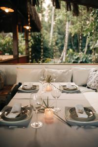 A restaurant or other place to eat at Vila Dos Orixás Boutique Hotel
