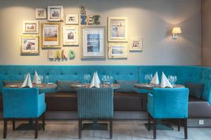 A restaurant or other place to eat at Badhotel Domburg