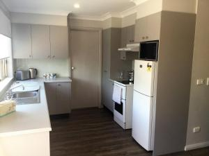 A kitchen or kitchenette at Tic Tac Toe Quality Accommodation