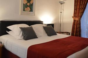 A bed or beds in a room at Hotel Royal Elysées