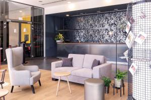 The lobby or reception area at Vienna House Easy Katowice