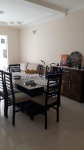 Un restaurante o sitio para comer en Excelente apartamento, 2 dormitórios, 200 m do mar