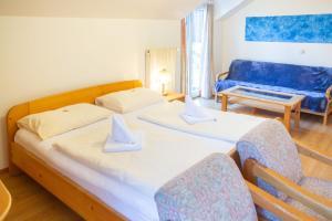 Ein Bett oder Betten in einem Zimmer der Unterkunft Hotel-Garni & Hostel Sandwirt