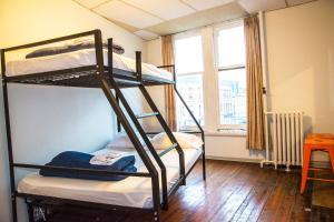 Ein Etagenbett oder Etagenbetten in einem Zimmer der Unterkunft The Cambie Hostel Gastown