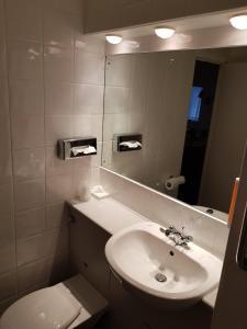 A bathroom at Days Inn Hotel Membury