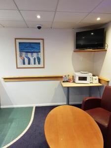 A television and/or entertainment center at Days Inn Hotel Membury