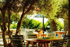 A restaurant or other place to eat at Mediterraneo Hotel