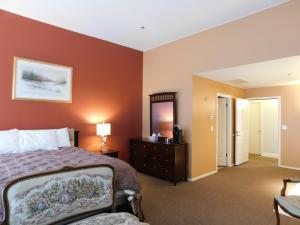 A bed or beds in a room at Freeport Wine Country Inn & Bistro