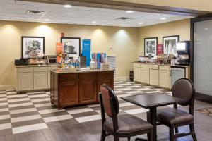 A restaurant or other place to eat at Hampton Inn & Suites Baton Rouge - I-10 East