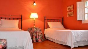 Una cama o camas en una habitación de Eaton Place