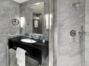 A bathroom at The Park Tower Knightsbridge, a Luxury Collection Hotel