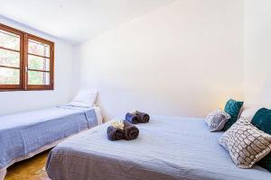 A bed or beds in a room at Canada do Parragil Villa Sleeps 10