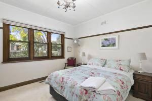 A bed or beds in a room at Torquay Retreats Aus - Bristol Road