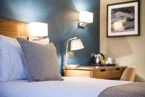 A bed or beds in a room at Innkeeper's Lodge Beckenham