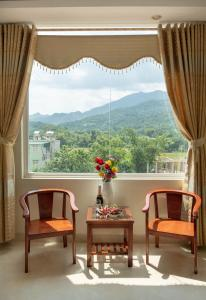 Cảnh núi rừng hoặc tầm nhìn ra núi từ nhà khách