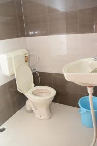 A bathroom at Orchha Sitamadi Homestay