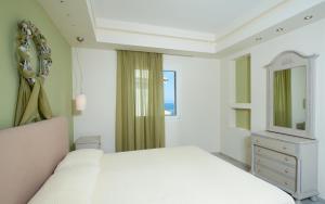 Een bed of bedden in een kamer bij Erietta Apartments
