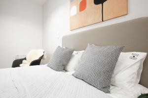 A bed or beds in a room at Apple Green Apartments