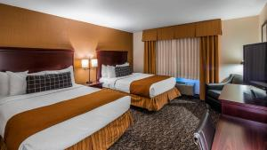 A bed or beds in a room at Best Western Plus Truckee-Tahoe Hotel