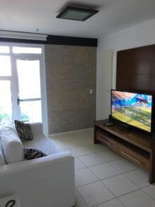 A television and/or entertainment center at Apartamento linda vista, 200 metros da praia de camboinhas