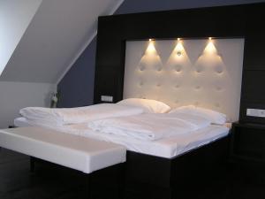 Ein Bett oder Betten in einem Zimmer der Unterkunft Hotel zur Promenade