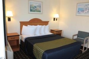 A bed or beds in a room at Riverside Inn & Suites Santa Cruz