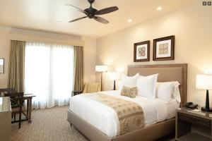 A bed or beds in a room at Ponte Vineyard Inn