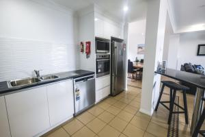 A kitchen or kitchenette at Absolute Airlie