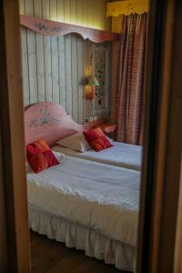 A bed or beds in a room at Le Paquis