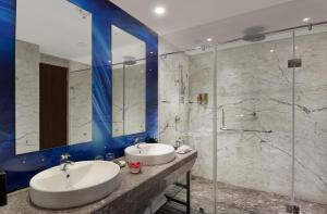 A bathroom at The Elanza Hotel, Bangalore