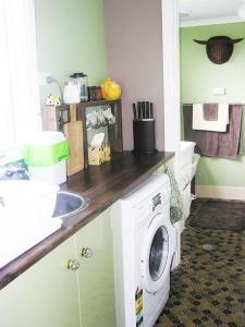 A kitchen or kitchenette at Cliff View Studio
