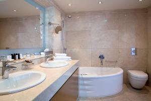 Ванная комната в Golden Age Athens Hotel