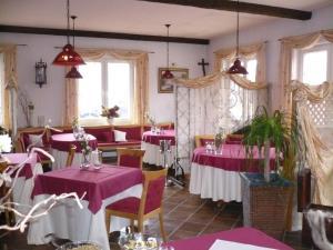 Ein Restaurant oder anderes Speiselokal in der Unterkunft Wellnesshotel Legde