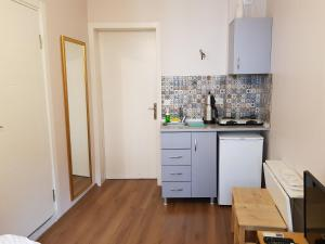 A kitchen or kitchenette at Linden Houses