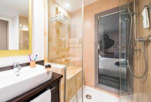 A bathroom at Ibis Styles Nice Centre Port