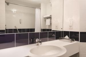 A bathroom at Days Inn Hotel Telford Ironbridge